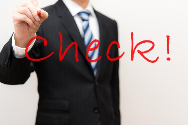 チェックを書くスーツ男性